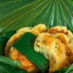 Galettes de fruit à pain (ou uru) posées sur des feuilles de palmier et de bananier, une recette vegan et sans gluten.