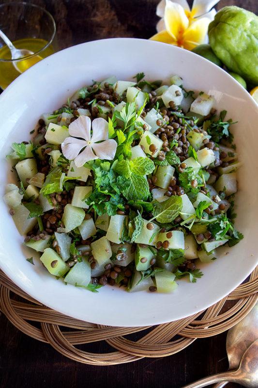 Recette vegan de salade de lentilles vertes et christophines.
