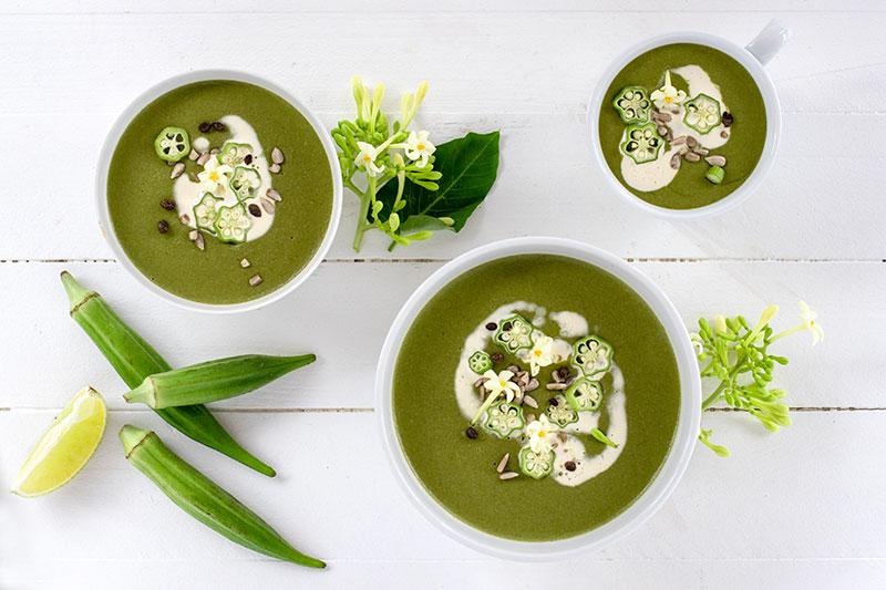 Recette vegan du velouté de gombos, aux feuilles vertes et aux haricots blancs.