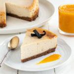 Part de cheesecake 100% végétal à la vanille et la mangue (recette vegan, sans gluten).