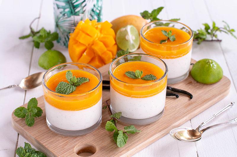 Panna cotta au lait de coco et coulis de mangues fraîches (recette vegan).