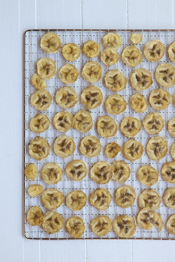Rondelles de bananes sur une grille après séchage au déshydrateur.